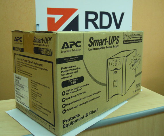 ИБП APC Smart-UPS 750VA USB & Serial 230V SUA750I в упаковке